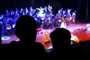 Dos niños muy atentos a la representación del Gladiador. Foto: Andrés Domínguez
