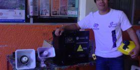 Óscar Pereyra con su invento de un nuevo sistema de alerta sísmica.