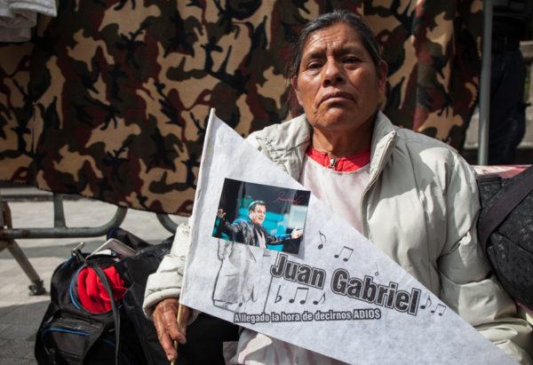 María Hernández vino desde Cuatitlán Izcalli, Estado de México, desde ayer (domingo) a la Alameda Central para el Homenaje a Juan Gabriel en Bellas Artes | CIMACFoto: César Martínez López