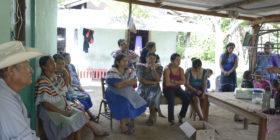 Mujeres y hombres de la comunidad se reunen para hablar de la problemática.