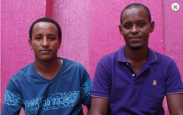 """Ismael de Somalia, y su amigo Hash de Eritrea, en el Hotel Palafox. """"No sé si mi familia está viva o muerta"""", dice Ismael. Foto: Manuel Ureste"""