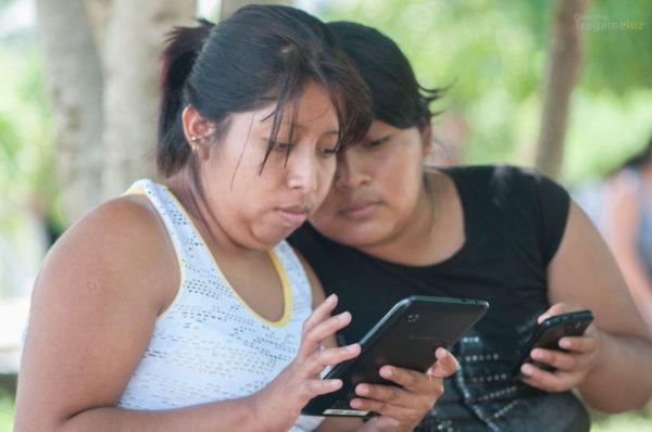 Jóvenes del ejido exploran la intranet comunitaria