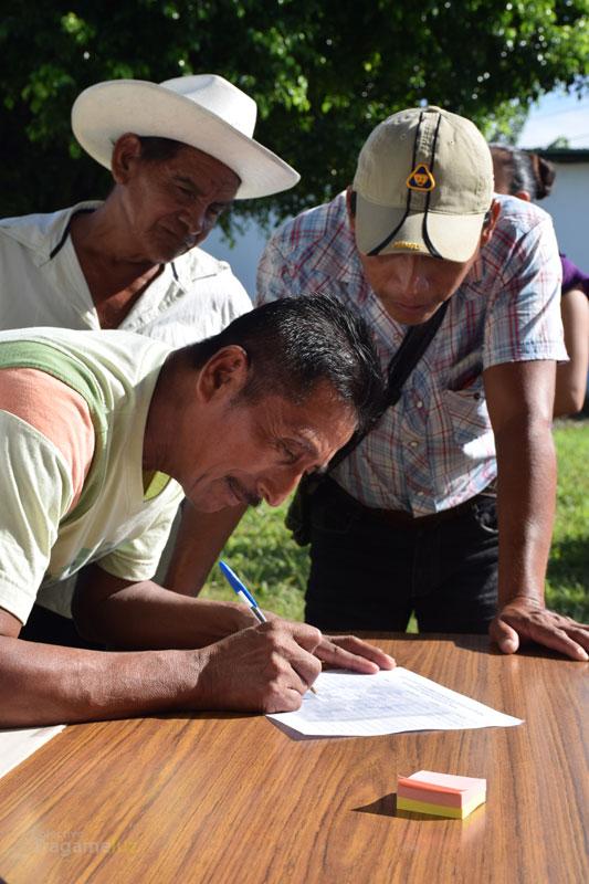 Asistentes se inscriben en las diferentes mesas de trabajo.