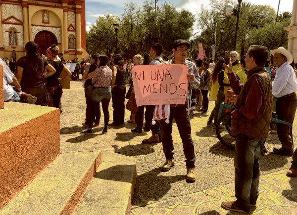El regidor de Morena, Carlos Herrera, dando una entrevista para manifestar su apoyo a la acción que sucedía a sus espaldas.