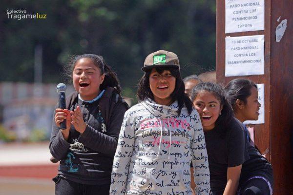 Jóvenes iniciando el mitin en contra de los feminicidios.