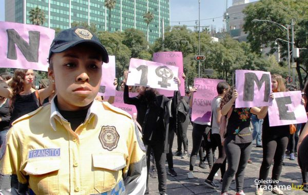 """Las mujeres policías """"resguardan"""" la movilización que de forma autoconvocada comenzó en el ángel de la independencia a alas 11 de la mañana. Uno d elos contingentes más activo fue el de estudiantes del Claustro de Sor Juana. Ciudad de México"""