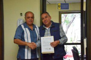 El rector Carlos Eugenio Ruiz Hernández al momento de ratificar a Hugo Armando Aguilar como Secretario General de la UNACH
