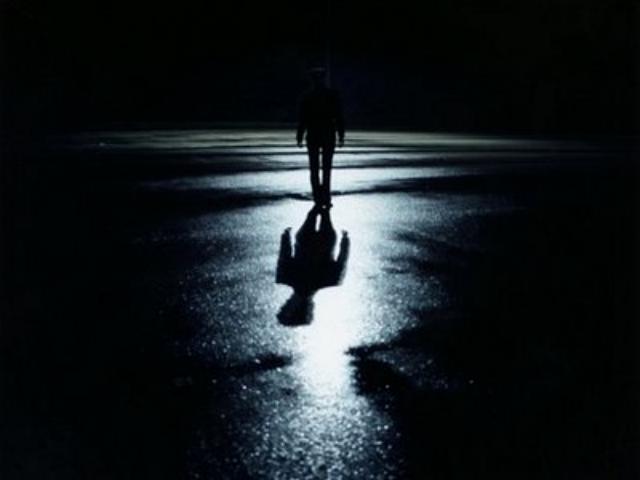 Rita volteó a ver donde estaba el sendero de luz, sonrió, le dieron ganas de escuchar las leyendas. La plática de doña Lolis la había tranquilizado, sin duda, esa noche sería inolvidable. Deseó que sus amistades regresaran pronto para compartir la magia de la oscuridad.