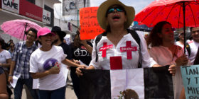 En fechas patrias una bandera negra deambuló por la calle principal de Tuxtla Gutiérrez.  Foto: Joselin Zamora.