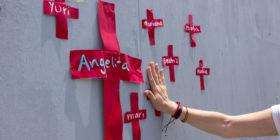 De manera simbólica colocaron el nombre de las mujeres que han sido victimas de feminicidio tanto en Chiapas como en México.  Foto: Joselin Zamora.