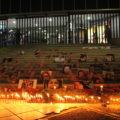 Fotos de las víctimas de feminicidio en Chiapas sobre las escaleras hacia la FGE.  Foto: Andrés Domínguez