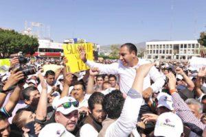 Andrés Manuel López Obrador, que está en el plan de aprovechar a todos los personajes locales, fichó a Sasil de León Villard y a Eduardo Ramírez Aguilar, para contender cada uno por un escaño al Senado de la República por Morena.
