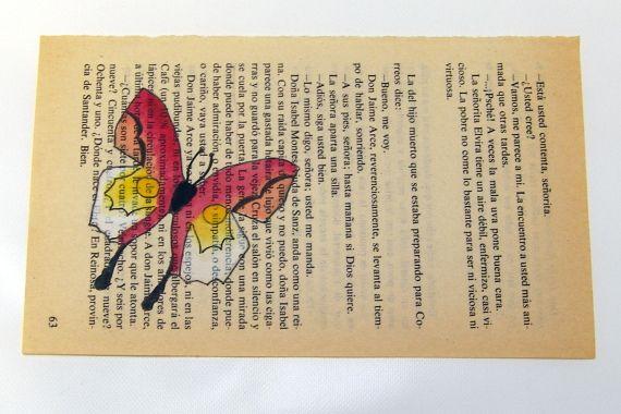 Cerró los sobres con sumo cuidado, en una parte de ellos había colocado detalles pequeños de hojas y flores secas.