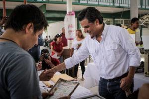 El remolino de Andrés Manuel López Obrador se llevó la gubernatura, 27 presidencias municipales, 11 de 13 diputaciones federales, dos senadurías, la mayoría en el Congreso del Estado y posicionó a Morena como la principal fuerza electoral en Chiapas, según avances del PREP.