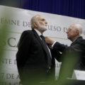 El poeta Óscar Oliva recibe la medalla de por parte de Jaime Labastida - Foto - Francisco Velázquez (11)