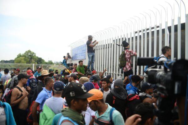 """El problema fue la forma en que los migrantes centroamericanos pasaron la frontera mexicana: rompieron el cerco policiaco de seguridad. Esa imagen pudo ser suficiente para que la furia acomodada y bárbara se trasladara hacia las mentes de la derecha y ultraderecha mexicanas. Y es que vieron y sintieron la llegada de los hondureños como una """"invasión"""" de facto. Alguien dio la orden de no reprimir para no interrumpir el paso (parecido a la irrupción alemana de 1989 al cruzar el muro en Berlín). Ese hecho, ni el secretario de Estado Mike Pompeo pudo detenerlo en su intento por presionar al gobierno peñista."""