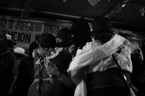 """En la víspera del aniversario de su declaración de guerra al gobierno mexicano, la guerrilla zapatista anunció su oposición al gobierno de AMLO, así como su determinación de impedir la construcción del Tren Maya.  El anuncio genera reclamos en algunas de esas que les llaman """"buenas conciencias"""" incorporadas a la 4a Transformación. El cambio de paradigma """"nosotros: ya no oposición sino partido en el gobierno""""."""