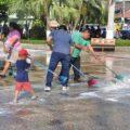 Las autoridades municipales y vecinos iniciaron la limpieza del pequeño municipio fronterizo. Foto: Noticias de Ayutla