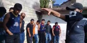 Exhiben a 13 miembros del grupo civil armado del alcalde militante del PRD y CIOAC