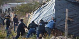 Policías retiran viviendas improvisadas del predio Magaly en Berriozabal. Foto: Cortesía