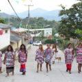 """Contra todo prejuicio, las amigas caminan por el centro de Zacualpan, con sus huipiles: """"Estamos orgullosas de nuestra lengua ñomdaa"""""""