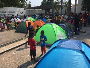 Tapachula es México y es Centroamérica, y es, en el sur, la que vive con mayor intensidad la convivencia con migrantes. Quizá unos tres mil, de los casi cinco mil –144 mil calculó la Secretaría de Gobernación que ingresaron en mayo– que a diario entran por esta frontera, llegan a Tapachula. Es una ciudad de acogida, que ahora se ve rebasada, con albergues que no tienen capacidad para atender a más personas.