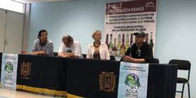 Fermín Ledesma, Pedro Moctezuma, Elena Burns e integrante de Mexicali Resiste, durante el conversatorio dentro de la Facultad de Humanidades de la UNACH.