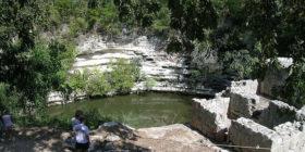 700px-Cenote_Xtoloc_en_Chichén_Itzá