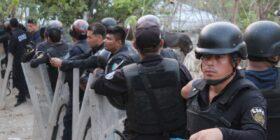Filas de decenas de policías que acordonaban el lugar, bajo su mano escudos y en su mirada veían a las personas retirar sus pertenencias.