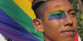 Para exigir un alto a los crímenes de odio la comunidad gay de Chiapas marcha por la avenida central de Tuxtla Gutiérrez   Foto: Joselin Zamora