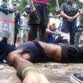 Migrantes colapsan durante protestas ante INM. Foto: Damián Sánchez