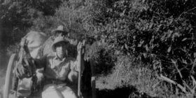 """Miguel Álvarez del Toro, viajando en carreta (Arriaga, 1943).  Cortesia:  Yadira Megchún (Archivo Histórico, UNICACH) y de Barbarella Álvarez Pérez (Museo Zoológico """"Ing. César Domínguez Flores"""", ZooMAT)"""
