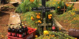 Día de Muertos en San Juan Chamula; tradición, música y coca cola.  Foto: Isaín Mandujano