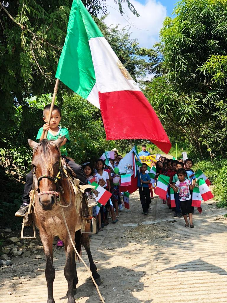 Chiapas sí exige un cambio estructural. Promesa y esperanza se agotaron, para gestar, en más de treinta años de neoliberalismo, procesos de descampesinización que no sólo provocaron una anárquica dinámica migratoria campo-ciudad, sino también una alteración de modos de vivir, de pensar e imaginar.