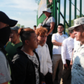 Jóvenes migrantes de Honduras intentan dialogar con integrantes de la Guardia Nacional. Foto: Bladimir Pérez