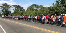 Migrantes de la caravana 2020 logran avanzar por la carretera Panamericana. Foto: Daniel Zacarías