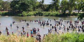 Cientos de migrantes cruzaron por el río Suchiate, rompiendo el cerco de la Guardia Nacional. Foto: Daniel Zacarías
