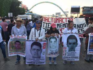 El domingo 16 de febrero estudiantes de la Escuela Normal Rural Mactumatzá, de la Isidro Burgos y varios padres de los 43 desaparecidos de Ayotzinapa fueron reprimidos por la policía antimotines de la Secretaría de Seguridad y Protección Ciudadana de Chiapas. El resultado: un joven grave, como consecuencia del estallamiento de una granada de gas lacrimógeno, y otros más con heridas menores.   El acontecimiento era y es realmente delicado por sus consecuencias políticas, porque los estudiantes de Guerrero y los padres son víctimas históricas y héroes de una lucha interminable contra la impunidad, por lo que merecen la protección del Estado y no ser golpeados y gaseados.
