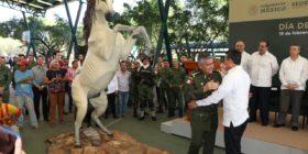 Rutilio Escandón le regala escultura de 100 mil pesos a Comandante de la VII Región Militar