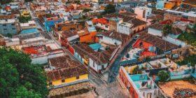 Calles empedradas y colorido Templo de San Caralampio en Barrio La Pila Cortesía: David Muñiz