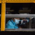 Un migrante guatemalteco mira a través de la ventanilla de un autobús después de ser deportado de Houston, Texas, EEUU, junto a otros 74 migrantes, el lunes 4 de mayo del 2020. Foto\Oliver de Ros