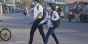 Dos jóvenes realizan su rutina diaria en Managua con guantes y mascarillas ante la creciente propagación del Covid-19. Foto: Nicaragua Investiga