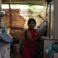 La guatemalteca Elizabeth Tambriz es trabajadora doméstica, una de las 250,000 mujeres que limpian, cocinan y cuidan niños para ganarse la vida. Foto\Julio Serrano Echevarría