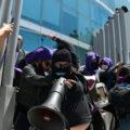A empujones impiden protesta contra violencia feminicida en Fiscalía