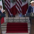 El Presidente Donald Trump escucha mientras el mandatario mexicano Andrés Manuel López Obrador aplaude durante un evento el miércoles 8 de julio de 2020 en la Rosaleda de la Casa Blanca, en Washington. Foto: Evan Vucci, AP.