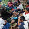 Mujeres, niños y adultos mayores refugiados en la montaña. Cortesía: FRAYBA.