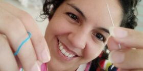 Gina Vega Aguilera, cuenta con una página en Facebook, donde realiza las transmisiones de Viernes de Bordado, denominado Gina Vega Bordado. Cortesía: Gina Vega.