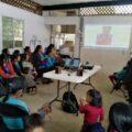 Cerca de 50 consejeras, líderes y asistentes niñas, jóvenes y adultas, originarias de San Fernando-Pantelhó, con la proyección de videos y debate sobre la historia de mujeres organizadas por sus derechos. Cortesía: COFEMO.