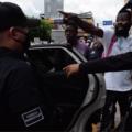 Jean Junior les dice a los policias que ahi esta su jefe de la Secretaria de Salud y que le pregunten po él. Foto: Benjamín Alfaro