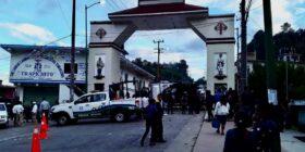 En Huixtán, retienen a policías y exigen 4.5 millones como indemnización por los muertos que provocó camión de carga del IMSS en Oxchuc